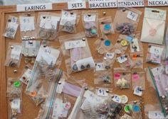 Yard Sale Ideas..... pin jewelry to a cork board to display Garage Sale Pricing, Garage Sale Tips, Diy Garage, Garage Sale Organization, Organizing Life, Yard Sale Signs, Diy Yard Decor, Rummage Sale, Diy Schmuck