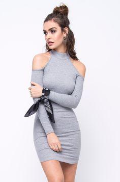 Ombros de fora! Com um toque dos anos 90 e feito de malha canelada que modela o corpo superbem, o Vestido Meline é a aposta da temporada. Combine com tênis e ...