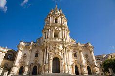 La Chiesa di San Giorgio a Modica è un esempio straordinario di tardo siciliano: la facciata venne ricostruita nel corso del 700 sulle preesistenze secentesche che avevano resistito alle forti scosse del terremoto del 1693.