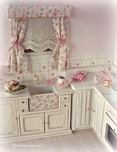 Shabby chic kitchen in scale. So pretty in pink. Miniature Rooms, Miniature Kitchen, Miniature Furniture, Dollhouse Furniture, Mini Kitchen, Kitchen Sink, Vintage Kitchen, Cocina Shabby Chic, Muebles Shabby Chic