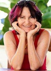 Ihr allererstes Buch schrieb sie 1983 für ihren Sohn, illustrierte es selbst mit Zeichnungen. Geschichten nur für Ihn. 1986 erhielt sie die Möglichkeit, Ku Writing A Book, Drawing S, Red