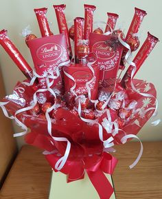 Surprise a loved one with an indulgent Lindt Lindor Chocolate bouquet! Surprise a loved one with an indulgent Lindt Lindor Chocolate bouquet! Candy Bouquet Diy, Food Bouquet, Bouquet Box, Valentine Bouquet, Gift Bouquet, Sweet Bouquets Candy, Chocolate Tree, Lindt Chocolate, Chocolate Gifts