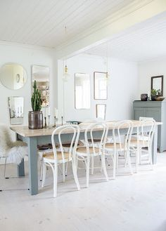 Salle à manger my scandinavian home: The beautiful Swedish country home of an interior stylist Bentwood Chairs, Dining Chairs, Ikea Chairs, Wooden Chairs, Dining Area, Interior Stylist, Interior Design, White Washed Floors, Gravity Home