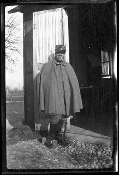 Prima Guerra Mondiale - Veneto (?) - Ritratto maschile - Militare con mantella e beretto mentre fuma in piedi