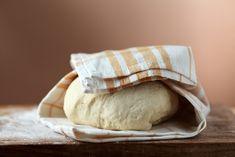 Nejprve připravíme kvásek: Do vlažného mléka dáme cukr a rozdrobíme droždí – kvásek je hotový když značně nabude svůj objem. Do mléka dáme olej a máslo, pomalu zahříváme dokud se máslo nerozpustí. Do větší mísy dáme oba druhy mouky, cukr, vanilkový cukr, sůl a nastrouhanou citronovou kůru. K mouce přilijeme vlažné mléko s rozpuštěným tukem a přidáme kvásek a vejce. Měchačkou vypracujeme hladké těsto (pokud je těsto řídké, přidáme zhruba 1 až 2 lžíce mouky, pokud je těsto naopak tuhé, přidáme…