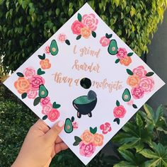 Latina graduation caps with Spanish quotes, the Mexican flag and more. Creative decoration ideas that are perfect for graduation. Graduation Quotes For Daughter, College Graduation Photos, Graduation Diy, Graduation Pictures, High School Graduation, Graduation Cap Designs, Graduation Cap Decoration, Graduation Hairstyles With Cap, Cap Decorations