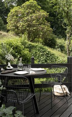 Black garden patio space with green garden views. Georg Jensen dinnerware and home ware set outside. Outdoor inspiration. Minimal table setting. #garden #outdoor #georgjensen #tablesetting #patio #danishdesign Outdoor Dining, Outdoor Tables, Outdoor Spaces, Outdoor Decor, Scandinavian Living, Scandinavian Design, Black Wood Stain, Large Gift Boxes, Nordic Interior