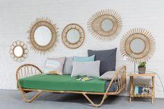 Miroirs en rotin vintage KOK MAISON, son lit-banquette et sa table de chevet en rotin.