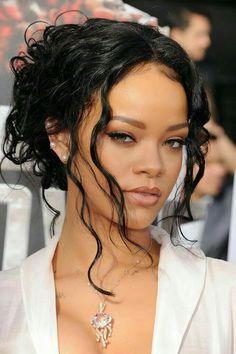 Rihanna Has No Fear at the MTV Movie Awards: Rihanna took the 2014 MTV Movie Awards by storm in LA on Sunday night. morenas Rihanna Has No Fear at the MTV Movie Awards Mtv Movie Awards, Film Awards, Rihanna Makeup, Rihanna Face, Rihanna Nails, Rihanna Fenty Beauty, Curly Hair Styles, Natural Hair Styles, Rihanna Style