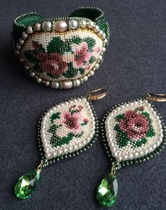 This Pin was discovered by Sor The granny within me is in LOVE with these! Beaded Brooch, Beaded Earrings, Crochet Earrings, Beaded Bracelets, Beading Tutorials, Beading Patterns, Seed Bead Jewelry, Beaded Jewelry, Bead Crafts