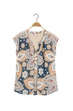 Camiseta cuello redondo abierto con perilla oculta de botones, manga rodada. Estampada en el frente. Composición Prenda: 98% Viscosa, 2% Elastano.