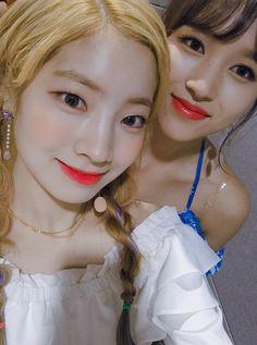 Dahyun & Mina Twice 180715 Kpop Girl Groups, Korean Girl Groups, Kpop Girls, Bts Twice, Twice Once, Extended Play, Nayeon, K Pop, Twice Dahyun