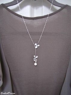 Handmade dreamy charm necklace has three chic orchid flower pendants of white gold plated a sweet freshwater pearl, & an elegant sterling silver chain. I first attached the biggest orchid on one side of the necklace & linked a short piece of sterling silver chain from it. Then I connected the two smaller orchids together and attached them to the bottom of the hanging chain. To complete the look I linked a beautiful freshwater pearl to the end of the two hanging orchid flowers and added a…
