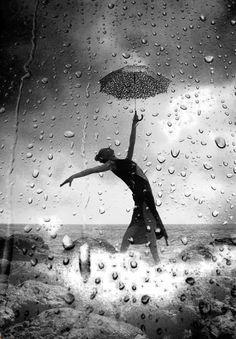 Зонт – отличный помощник в дождь для фотографа! Уже хотя бы потому, что он выигрышно смотрится на снимке: например, края зонта при использовании широкоугольного объектива или прохожие с зонтами при съемке сверху и под углом. Кроме того, зонт позволяет улучшить экспозицию, поскольку в дождь разница освещенности между небом и поверхностью земли очень велика: используйте его для того, чтобы затемнить небо.  Зонт и капли дождя. Фото: Soli Art