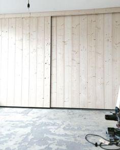 Nu al zo BLIJ met onze walk-in-closet met 4 meter kastenwand en stoere vuren houten schuifdeuren! Nu nog de vloer erin, een lamp scoren, leren handgreepjes plaatsen en alles witten..dan kan ik boel afstylen! Het eindresultaat zien jullie snel op mijn nieuwe website www.gewoonstoer.nl! #schuifdeuren #vuren #walkincloset #kleedkamer #kledingkast #arjavangarderenfotografieenstyling #hout #vurenhout #wood