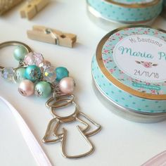 Cluster pearls key-chain with angel. Beads colour: ivory and pink Diy Souvenirs, Christening Invitations, Diy Keychain, Ideas Para Fiestas, Nautical Baby, Paper Flowers, Crochet Baby, Bracelet Watch, Favors