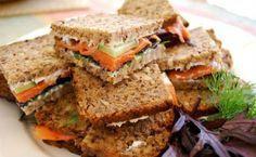 Σάντουιτς με πολύσπορο ψωμί και καπνιστό σολομό