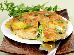 Tortilla de patatas ist ein rundes Omelett, gebacken aus Eiern, Kartoffeln und Zwiebeln. Das spanische Nationalgericht wird kalt oder warm serviert und kann mit frischem Gemüse oder Kräutern verfeinert und aufgepeppt werden. http://www.fuersie.de/kochen/rezeptideen/artikel/spanische-kartoffeltortilla