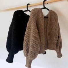Strikkeskolens cardigan - FiftyFabulous Hand Knitted Sweaters, Sweater Knitting Patterns, Crochet Cardigan, Cute Sweaters, Hand Knitting, Knit Crochet, Cardigan Pattern, Mode Outfits, Casual Outfits