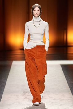 Tod¡¯s Fall 2020 Ready-to-Wear Fashion Show - Vogue Vogue Fashion, Fashion Week, Fashion 2020, Runway Fashion, High Fashion, Fashion Tips, Style Haute Couture, Winter Mode, Fashion Show Collection