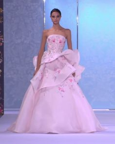 A model displays a stunning embroidered pale pink ruffled strapless evening dress / evening ball gown with crystal and glass bead hand embroidery and a train at one of the Autumn Winter Couture Collection Runway Show by Ralph & Russo. Pink Wedding Gowns, Pink Gowns, Wedding Dress, Wedding Outfits, Fashion Models, Fashion Week, Victor Ramos, Traje A Rigor, Prom Dress Couture