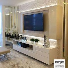 Painel de TV em laca brilho e detalhes com espelhos para uma sala de estar | O ambiente ficou contemporâneo, sofisticado e com uma composição neutra. Lindo, lindo, lindo!!! #salameunovoapê Projeto Ag2 Arquitetura