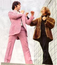 Beatles Mad Day Out – Summer of In the early summer of Paul McCartney telephoned esteemed war photographer Don McCullin to ask him to spend a day photographing The Beatles. Paul Mccartney, Les Beatles, John Lennon Beatles, Beatles Art, Beatles Funny, Yoko Ono, Bug Boy, Beatles Photos, Pink Suit