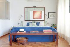 A suíte do paisagista Gil Fialho e de sua esposa tem espelho usado como cabeceira e piso de taco, original do prédio - construído na década de 1960