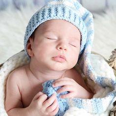 Gorro duende de crochet. Hecho a mano, largo con ponpon en color blanco y celeste. Para hacer fotos divertidas de tu bebe.