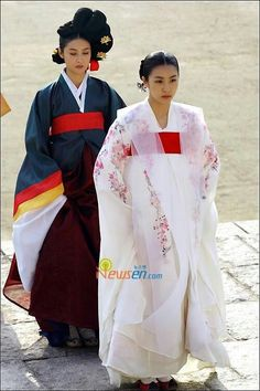[황진이]Hwang Jini (Hangul: 황진이; hanja: 黃眞伊) is a Korean drama broadcast on KBS2 in 2006. The series was based on the tumultuous life of Hwang Jini, who lived in 16th-century Joseon and became the most famous gisaeng in Korean history. Lead actress Ha Ji-won won the Grand Prize (Daesang) at the 2006 KBS Drama Awards for her performance. Korean Hanbok, Korean Dress, Korean Traditional Dress, Traditional Dresses, Korean Drama Tv, Half Korean, Kbs Drama, Ha Ji Won, Korean Actresses