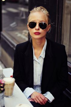 Perfect for everyday: a blazer, aviators, and a red lip.