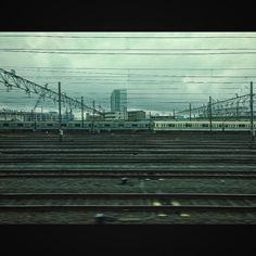 数日雨が降るみたいですね折角土日予定が無いのに久々に友人を飲みに誘ってみようか railways and leaden skies #landscape #railway #cloudy #motozplay #風景写真 #線路 #電車 #小田急線 #鉛色の空 #ケサソラ #イマソラ