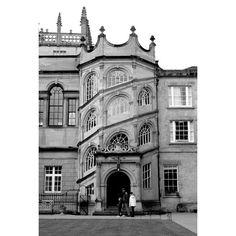 Aller à Oxford et montrer aux enfants l'université de leur papa. Going to Oxford to show the kids their dad's college. Oxford, Louvre, England, Holidays, Building, Places, Kids, Travel, Instagram