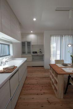 背面キッチンにすることで、スペースを広く活用できます。#ホワイトインテリア #背面キッチン
