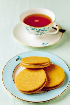 These are a very delicate take on the biscuit classic, and quite fragile too, which is why you need the piping bag.