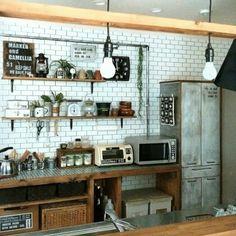 前から気になってたレンジ横の食器棚(・_・;)。。 全面木目だったのを、扉と側面をシルバーで塗装しました(〃'▽'〃) あとは右上に控えめにステンシルして、厨房にありそうな食器棚を目指してブログよかったら見てみて下さい♩/食器棚リメイク/インダストリアル/男前…などのインテリア実例 - 2015-12-28 12:20:14   RoomClip(ルームクリップ)