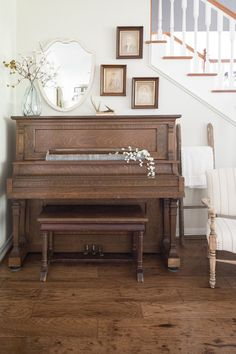 Everyone loves music, I mean almost everyone. Among so many musical instruments, the piano is one of the favorites. From little kids until grandma love to playing the piano. Southern Farmhouse, Country Farmhouse Decor, Farmhouse Design, Farmhouse Style, Country Kitchen Flooring, Country Dining Rooms, Country Living, Southern Living, Moore House