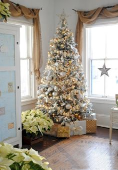 Awesome 45 Stylish White Christmas Tree Decoration Ideas. More at https://trendecor.co/2017/12/10/45-stylish-white-christmas-tree-decoration-ideas/