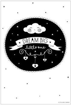 a Little Lovely Poster: Dream big A4. Dubbelzijdige poster met wolkje en tekst: Dream big little one. Poster heeft een formaat van 21 x 29,7 cm, dit is een A4. Wolken wolkjes hartjes zwart wit geel decoratie kinderkamer babykamer