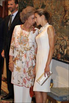 La reina de España doña Sofía de Grecia y la princesa de Asturias doña Letizia Ortiz conversan durante la cena de gala de despedida de las autoridades baleares ofrecida en por la Casa Real el 28 de agosto de 2009 en Palma de Mallorca.