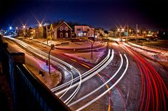Taking photos of light trails may seem difficult. Find out more tips about light trail in this photograply tutorial. Light Trail Photography, Photography Lessons, Photography Camera, Photoshop Photography, Photography Projects, Night Photography, Photography Tutorials, Street Photography, Landscape Photography