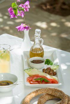 Greek Breakfast in Hydra Island Gourmet Breakfast, Vegan Breakfast Recipes, Breakfast Time, Greek Recipes, Wine Recipes, Greek Sweets, Mediterranean Recipes, I Love Food, Food Photo