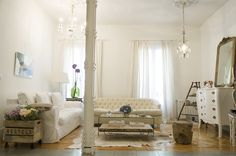 White and wood decor Living Room Nook, Living Spaces, Dining Room, Casa Clean, Living Room Styles, Shabby, Style At Home, Decoration, Home And Living