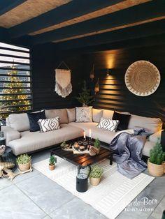 Tuin ideeën | Tuinontwerp achtertuin | Loungeset | Loungeset overkapping | Overkapping | Overkapping in tuin | Buitenkamer inrichting | Veranda tuin | Veranda decoreren | Veranda aan huis | Veranda met lamellen | Tuinhuis met overkapping | Tuinhuis met veranda | Tuinhuis inrichting | Achtertuin huis | Achtertuin inspiratie | Zwarte schutting | Schutting tuin decoratie | Schutting zwart | Schutting verven | Zwarte buitenkamer | ourlifeatno5 | Wintersfeer | Winter ideeen | Tuin idee | vtwonen Outdoor Garden Rooms, Outdoor Landscaping, Backyard Patio, Outdoor Living, Modern Patio Design, Small Backyard Design, Scandinavian Garden, Home Decor Hooks, Small Balcony Decor