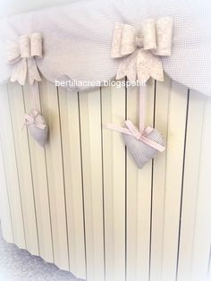 copritermosifone shabby - Cerca con Google White Painted Furniture, Home Decoracion, Shabby Home, Romantic Cottage, How To Distress Wood, Shabby Chic Decor, Diy And Crafts, Crafty, Handmade