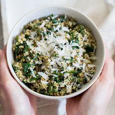 Dein Quinoa gehört mit frischem Spinat und grünem Pesto in die Schüssel. Fix gekocht und mit Parmesan getoppt, das ideale Abendessen.