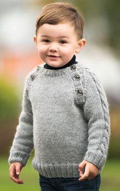 Den klassiske drengesweater har snoninger midt på ærmerne og knaplukninger på hver side af forstykket
