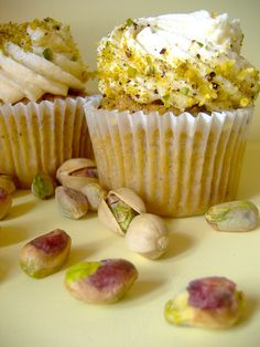 honey pistachio Honey Cupcakes, Pistachio Cupcakes, Gourmet Cupcakes, Cupcake Recipes, Cupcake Cakes, Cupcake Couture, My Dessert, Little Cakes, Special Recipes