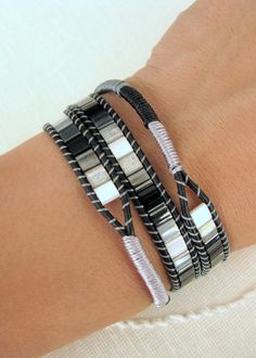 Bracelet Tila Wrap avec macramé noir cuir et par MaisJewelry Beadwork, Beading, Beaded Wrap Bracelets, Asymmetrical Design, Ivoire, Diy Jewelry, Black Leather, Etsy, Black Colors