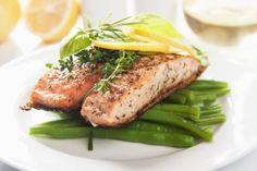 Om een strakke buik te krijgen moet je vet, gefrituurd en calorierijk voedsel vermijden. Eet in plaats daarvan magere proteïnen zoals vis, tofu of kalkoen. Deze voedingsmiddelen zullen je voorzien van genoeg energie en in vette vis zit veel omega 3. Zo kunnen zalm en tonijn ontstekingen genezen en dragen ze bij tot de regeling van je hormonen.